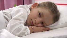 4K enfant réfléchi triste dans le lit ne dormant pas, visage songeur éveillé de fille dans la chambre à coucher clips vidéos