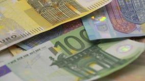 4K euro het vallen Bankbiljetten van verschillende waarden De euro achtergrond van het contant geldgeld stock videobeelden