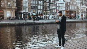 4K Europees toeristenmannetje die foto's buiten nemen Knap gebaard creatief mannetje die van nieuw stadslandschap genieten wander stock video