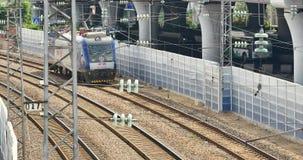 4k förbiser den snabba stången som drar långsamt ut ur stationen lager videofilmer