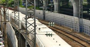 4k förbiser den snabba stången som drar långsamt ut ur stationen stock video