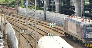 4k förbiser den snabba stången som drar långsamt ut ur stationen arkivfilmer