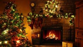 4k fabuloso disparou de laço ardente da chaminé da chama da lenha na sala festiva confortável de Noel da decoração do ano novo de vídeos de arquivo