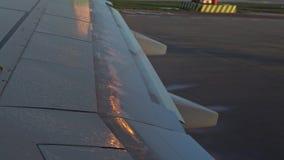 4K, Flügelflugzeuge, die sich bewegen, um zu überprüfen und die Fläche bereit zur Abfahrt erreichen stock video