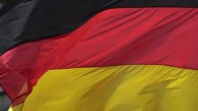 4K Flaga Niemcy falowanie w wiatrze przed dziejowym budynkiem