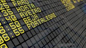 4K - Flughafen-Abfahrt-Brett mit portugiesischen Reisezielen stock video footage
