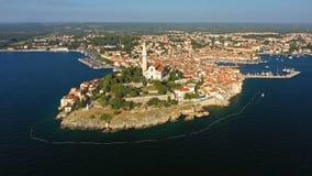 4K Flyg över härliga Rovinj på solnedgången Flyg- panorama för afton av den gamla staden av Rovinj och öar, Istria, Kroatien stock video