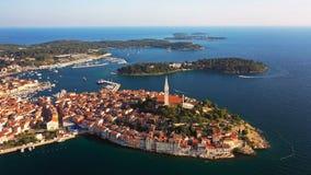 4K Flyg över härliga Rovinj på solnedgången Flyg- panoramautsikt för afton av den gamla staden av Rovinj och öar, Istria, Kroatie lager videofilmer