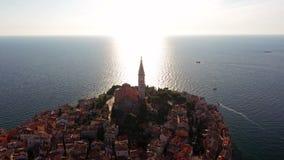 4K Flyg över härliga Rovinj på solnedgången Flyg- sikt för afton av den gamla staden av Rovinj och kyrkan av St Euphemia, Kroatie lager videofilmer