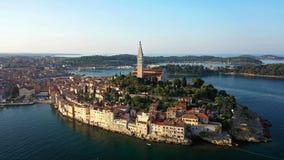 4K Flyg över härliga Rovinj på soluppgång Flyg- panorama för morgon av den gamla staden av Rovinj i fantastiskt ljus, Istria, Kro arkivfilmer