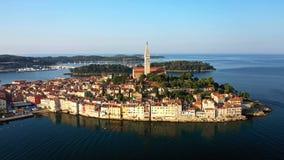 4K Flyg över härliga Rovinj på soluppgång Flyg- panoramautsikt för morgon av den gamla staden av Rovinj arkivfilmer