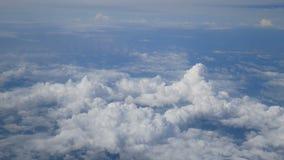 4K flyg- sikt till och med ett flygplanfönster härlig vit fördunklar i bakgrund för blå himmel Lopp förbi luft lager videofilmer