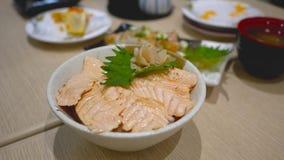 4K folk förbereder och äter sushi i den Japan restaurangen arkivfilmer
