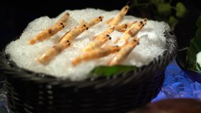 4K, frutti di mare crudi freschi nella linea del buffet a Taiwan Gamberetti su ghiaccio al ristorante archivi video