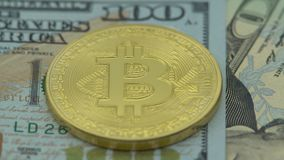 4K fysiek metaal Bitcoin en Ethereum-munt op witte achtergrond BTC ETH-Dan stock videobeelden