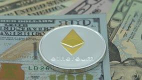 4K fysiek metaal Bitcoin en Ethereum-munt op witte achtergrond BTC ETH-Dan stock footage