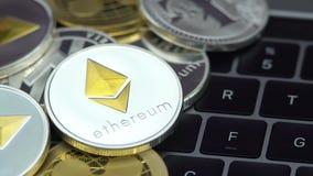 4K fysisk metall Bitcoin och Ethereum valuta på vit bakgrund BTC ETH-Dan arkivfilmer