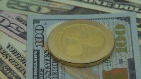 4K fysisk metall Bitcoin och Ethereum valuta på vit bakgrund BTC ETH-Dan stock video