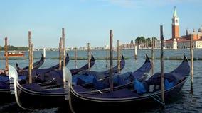 4K G?ndola amarradas em Veneza, It?lia Igreja de San Giorgio Maggiore vídeos de arquivo