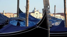 4K G?ndola amarradas em Veneza, It?lia Igreja de San Giorgio Maggiore video estoque