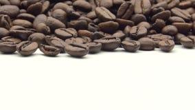 4k geroosterde Koffiebonen op witte achtergrond Ingrediënt voor koffie stock videobeelden