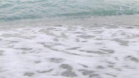4K getijde droeg van de Zwarte Zee met schuim stock videobeelden