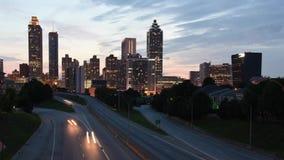 4K glijdend timelapse van Jackson Bridge die Vrijheidsbrede rijweg met mooi aangelegd landschap in Atlanta, Georgië onder ogen zi stock footage
