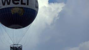 4K Globo del aire caliente con la publicidad en Berlín Atracci?n tur?stica metrajes