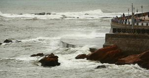 4k golven gewassen dam, Mensen op kust de oceaan van de overzeese water&coastal kust rotsschommeling stock videobeelden