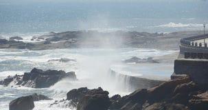 4k golven gewassen dam, Mensen op kust oceaanzeewater & de kustkust van de rotsschommeling stock footage