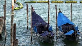 4K Gondoles amarr?es ? Venise, Italie Les gondoles sont le transport traditionnel banque de vidéos