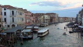 4K Grand Canal Venecia, canal con las góndolas, los barcos y los vaporettos Puente de Rialto almacen de video