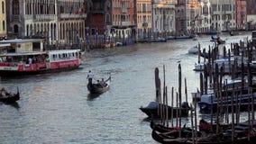 4K Grand Canal Venetië, kanaal met gondels, boten en vaporettos De Brug van Rialto stock videobeelden
