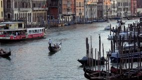 4K Grand Canal Wenecja, kanał z gondolami, łodziami i vaporettos, brid?owy kantor zdjęcie wideo