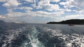 4K Grande croisière sur la Mer Adriatique vue d'un bateau qui s'écarte Lokrum banque de vidéos
