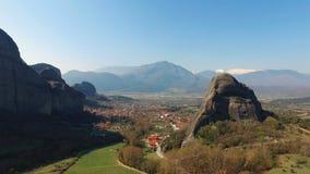 4K greece meteorarocks Panoramautsikt till dalen av den Thessaly och Kalambaka staden arkivfilmer