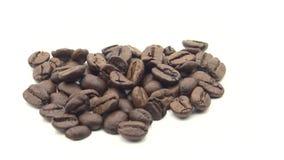 4k grillade kaffebönor roterar på vit bakgrund Ingrediens för kaffe stock video