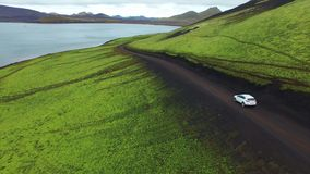 4K Groene beste van UHD in IJsland Auto in weg stock video