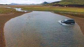 4K Groene beste van UHD in IJsland Auto in weg stock footage