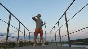 4k - härliga såpbubblor på bron som gör den unga mannen arkivfilmer