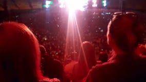 4k ha offuscato il video di musica d'ascolto e di ballare della grande folla sul concerto rock all'arena di sport dell'aria apert archivi video