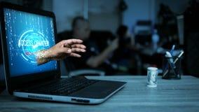 4K hakkerhand die zich van laptop computermonitor aan het stelen van het geld op de lijst met donkere die toon en korrel bewegen