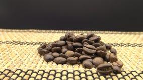 4k hand die de Geroosterde Koffiebonen vallen Het ingrediënt voor bereidt koffie voor stock videobeelden