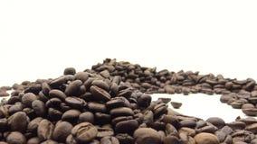 4k hand die de Geroosterde Koffiebonen vallen Ingrediënt voor koffie stock videobeelden