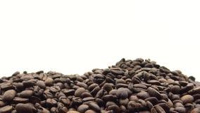 4k hand die de Geroosterde Koffiebonen vallen Ingrediënt voor koffie stock footage