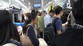 4K Hd ultra, Aziatische mensenreis bij spitsuurmetro, mensen schijnen vermoeid stock videobeelden