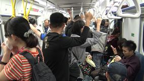 4K Hd ultra, Aziatische mensenreis bij spitsuurmetro, mensen schijnen vermoeid stock video