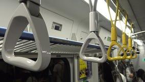 4K Hd ultra, Aziatische mensenreis bij spitsuurmetro, vrouw gaan metro in stock videobeelden
