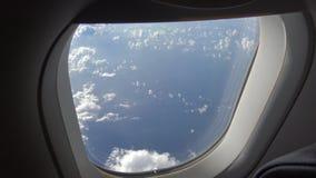 4K Hd ultra, Prachtige mening van de hemel en wolken door een vliegtuigvenster stock footage