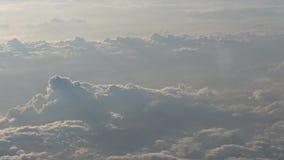 4K Hd ultra, Prachtige mening van de hemel en wolken door een vliegtuigvenster stock videobeelden